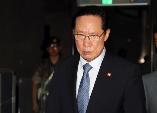 송영무 국방부장관이 16일 오후 서울 용산구 국방부 청사에서 퇴근하고 있다. 뉴스1