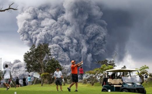 하와이섬 화산재 3.6㎞까지 치솟아… 공기 오염 주의보  미국 하와이섬 동단 킬라우에아 화산의 폭발로 15일(현지시간) 시커먼 연기와 함께 화산재가 높이 3.6㎞까지 치솟고 있다. 화산재는 서남쪽으로 움직이면서 분화구와 29㎞ 떨어진 곳까지 퇴적물을 남겨 이 지역에 공기 오염 관련 주의보가 내려졌다. 칼레우에아 AFP 연합뉴스