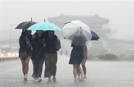 '폭우 속 싹트는 우정' 전국 대부분 지역에 비가 내리는 16일 오후 서울 세종대로 광화문네거리 인근에서 우산을 쓴 시민들이 발걸음을 재촉하고 있다.   기상청은 이날 기압골의 영향으로 중부지방을 중심으로 비가 내린다고 예보했다. 특히 밤부터 새벽 사이에는 중부지방을 중심으로 돌풍과 함께 천둥과 번개를 동반한 시간당 20~30?의 강한 비가 내리는 곳도 있겠다. 2018.5.16/뉴스1