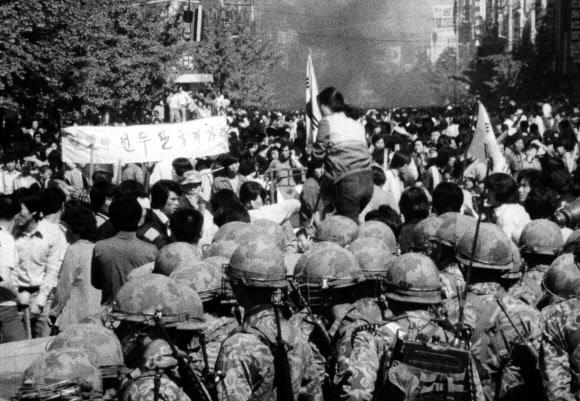 '1980' 계엄군과 대치하는 광주시민