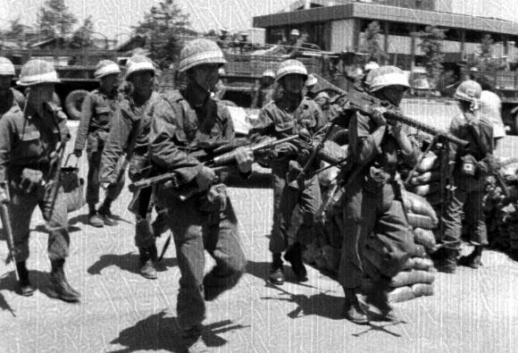 '1980' 기관총 설치하는 계엄군