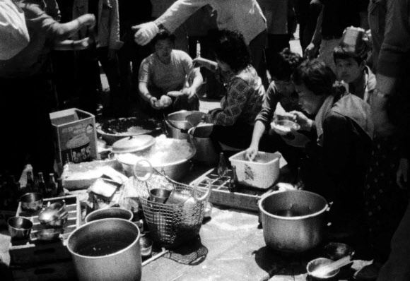 '1980년' 음식 나눠먹는 시민들
