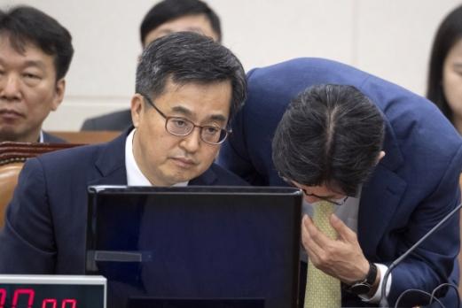 김동연 경제부총리가 17일 국회에서 열린 기재위 전체회의에 출석, 회의 시작에 앞서 보고를 받고 있다. 이종원 선임기자 jongwon@seoul.co.kr