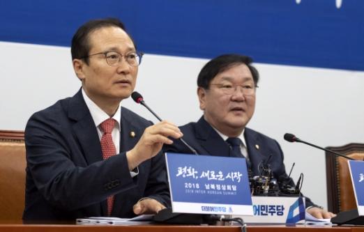 홍영표(왼쪽) 더불어민주당 원내대표가 17일 국회에서 열린 정책조정회의에서 모두 발언을 하고 있다. 이종원 선임기자 jongwon@seoul.co.kr