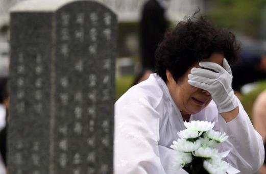 제 38주년 5·18민주화운동 기념일을 하루 앞둔 17일 광주 북구 국립5·18민주묘지에서 5·18행방불명자 임옥환(당시 17세)군의 모친이 오열하고 있다.   박윤슬 기자 seul@seoul.co.kr