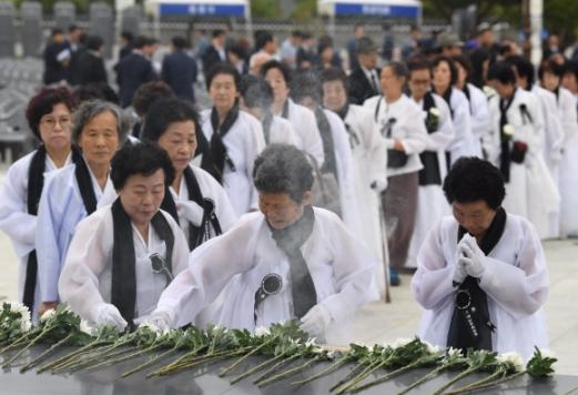 제 38주년 5·18민주화운동 기념일을 하루 앞둔 17일 광주 북구 국립5·18민주묘지에서 열린 추모제에서 오월어머니들이 헌화를 하고 있다.  박윤슬 기자 seul@seoul.co.kr