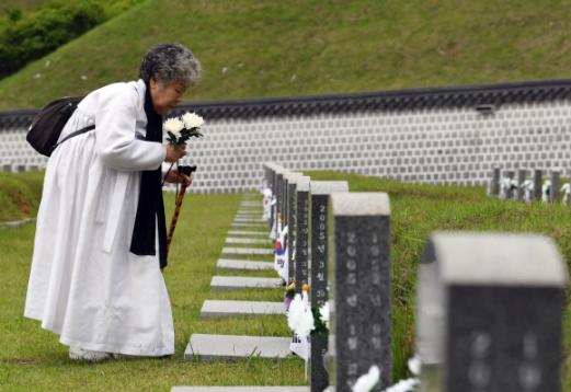 제 38주년 5·18민주화운동 기념일을 하루 앞둔 17일 광주 북구 국립5·18민주묘지에서 한 5·18 유가족이 참배하고 있다.  박윤슬 기자 seul@seoul.co.kr