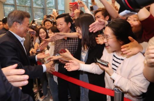 문재인 대통령이 17일 오후 서울 강서구 마곡 R&D 단지에서 열린 혁신성장 보고대회에 참석하여 사람들과 인사를 나누고 있다.  청와대사진기자단
