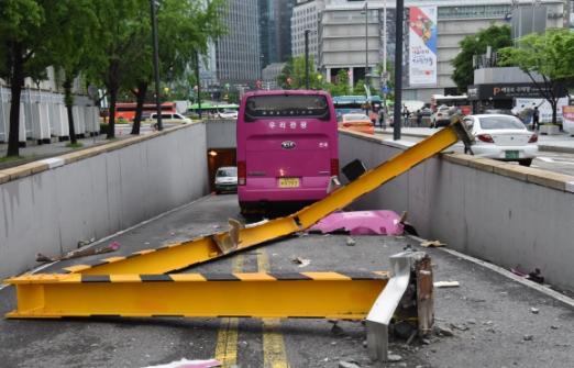 17일 서울 도렴동 외교부 청사 인근 지하차도 앞에서 고속버스가 높이 제한 철골구조물을 스쳐 지나간 뒤 멈춰서는 사고가 발생했다.   이사고로 사직공원에서 세종대로 방면으로 가는 지하차도 1개 차로가 통제돼 이 시간 일대 극심한 교통혼잡이 빚어졌다. 최해국 선임기자seaworld@seoul.co.kr