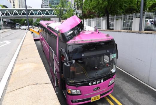 17일 오후 서울 종로구 외교부 옆 지하차도 입구에 관광버스 한 대가 차량높이제한 시설물과 충돌하는 사고가 발생했다.  이호정 전문기자 hojeong@seoul.co.kr