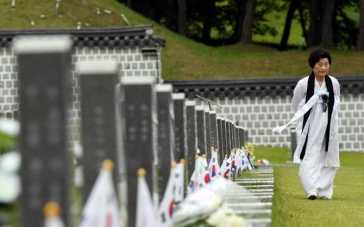 제 38주년 5·18 민주화운동 기념일을 하루 앞둔 17일 광주 북구 국립5·18민주묘지에서 한 5·18 유가족이 참배하고 있다.  박윤슬 기자 seul@seoul.co.kr