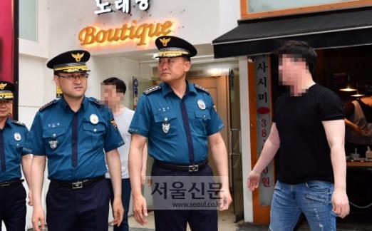 강남 살인사건 현장서 항의 받는 이철성 경찰청장 17일 강남역 살인 사건 2주기를 맞아 이철성 경찰청장이 사건 현장 주변을 둘러보던 중 주변상인들의 항의를 받으며 돌아나오고 있다. 정연호 기자 tpgod@seoul.co.kr