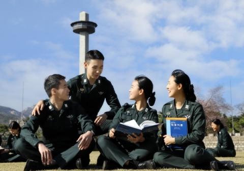 육군사관학교가 오는 6월 22일부터 7월 2일까지 2019학년도 79기 육군사관생도를 모집한다고 밝혔다.