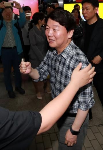 '잘 하겠습니다' 바른미래당 안철수 서울시장 후보가 17일 서울 지하철 2호선 강남역을 찾아 승강장으로 향하며 한 시민의 격려에 주먹을 쥐어보이고 있다.  연합뉴스