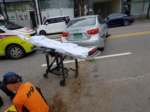 17일 오전 청주시 청원구의 한 중학교에서 발생한 교통사고 현장. 사고를 목격한 시민들이 승용차를 들어올려 차 밑에 깔린 학생을 구조했다.