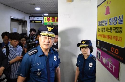이철성 경찰청장이 강남역 살인사건 2주기를 맞아 17일 서울 강남역 인근 한 여자화장실을 점검하고 있다.  정연호 기자 tpgod@seoul.co.kr