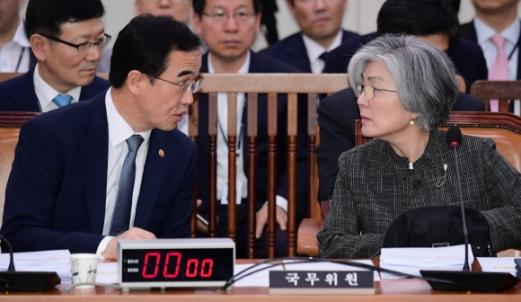 17일 국회에서 열린 외교통일위원회 전체회의에서 강경화(오른쪽) 외교부 장관이 조명균 통일부 장관과 이야기를 하고 있다. 이종원 선임기자 jongwon@seoul.co.kr