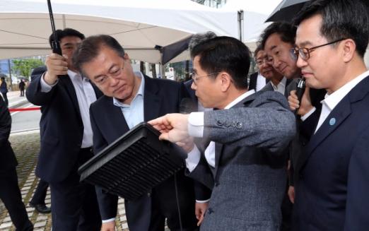 17일 오후 서울 마곡 R&D단지에서 문재인대통령, 총리, 부총리 및 관계장관 등이 참석한 가운데 '대한민국 혁신성장 보고대회'가 열리고 있다. 문 대통령이 혁신성장 신서비스를 관람, 체험하고 있다.  청와대사진기자단