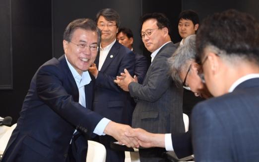 문재인 대통령이 17일 오후 서울 강서구 마곡 R&D 단지에서 열린 혁신성장 보고대회에 입장하며 참석자들과 인사하고 있다.  청와대사진기자단