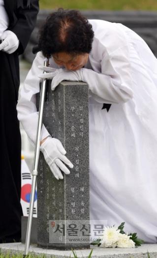 5·18의 눈물 제38주년 5·18 민주화운동 기념일을 하루 앞둔 17일 광주 북구 국립 5·18 민주묘지에서 5·18 행방불명자 임옥환(당시 17세)군의 어머니가 오열하고 있다.  광주 박윤슬 기자 seul@seoul.co.kr