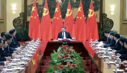 """인민대회당에서 北참관단 환대한 시진핑  시진핑(가운데) 중국 국가주석이 16일 베이징 인민대회당 푸젠팅에서 북한 노동당 친선참관단을 만나 대화를 나누고 있다. 시 주석은 """"북·미 대화와 한반도 비핵화를 지지한다""""고 밝혔다.  베이징 신화 연합뉴스"""