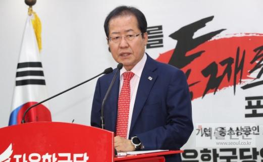 홍준표 자유한국당 대표가 17일 서울 여의도 당사에서 북·미 정상회담과 관련해 미국에 전달할 공개서한 내용을 발표하고 있다. 이종원 선임기자 jongwon@seoul.co.kr