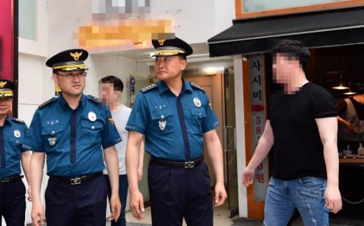 17일 강남역 살인 사건 2주기를 맞아 이철성 경찰청장이 사건 현장 주변을 둘러보던 중 주변상인들의 항의를 받으며 돌아나오고 있다. 2018. 5. 17 정연호 기자 tpgod@seoul.co.kr