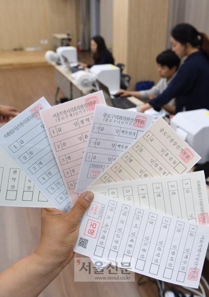 지방선거 D-26…선관위 모의 사전투표 6·13 지방선거를 앞두고 17일 서울 종로구 가회동에 설치된 사전투표소에서 중앙선거관리위원회 관계자들이 모의 사전투표를 하고 있다.  이호정 전문기자 hojeong@seoul.co.kr