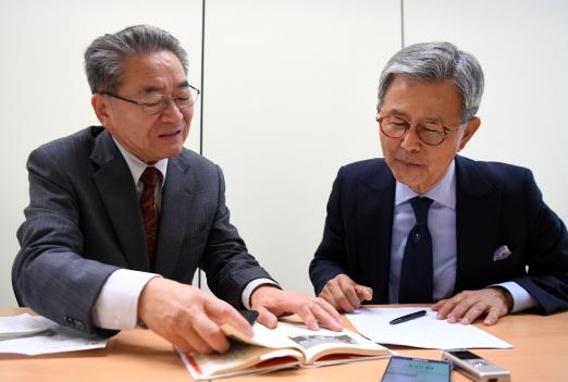 최완규(오른쪽) 전 북한대학원대 총장이 오가타 야스오 일본공산당 부위원장과 한반도 정세에 대해 의견을 나누고 있다. 박지환 기자  popocar@seoul.co.kr