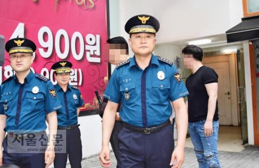 17일 이철성 경찰청장이 살해사건 현장을 둘러보다가 상인들의 항의를 받고 돌아서는 모습.  정연호 기자 tpgod@seoul.co.kr