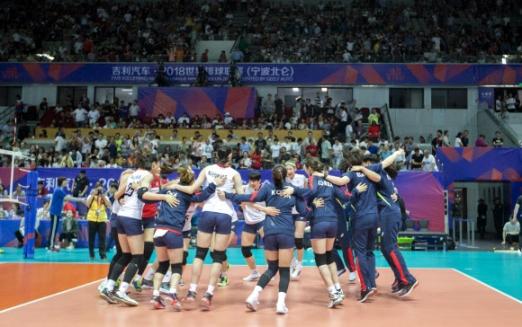 17일 중국 닝보의 베이룬 스포츠아트센터에서 열린 세계랭킹 1위로 2016년 리우데자네이루 올림픽 챔피언인 중국과의 2018 국제배구연맹(FIVB) 발리볼네이션스리그(VNL) 대회 1주차 2조 3차전에서 세트 스코어 3-0(25-15 25-15 25-13)으로 완승을 거둔 한국 여자대표팀 선수들이 한데 모여 어깨를 걸고 기뻐하고 있다. 한국은 효과적인 서브와 유효 블로킹 이후 그물 수비로 거세게 압박한 끝에 '대어'를 낚았다.  FIVB 제공