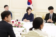 [서울포토] 김정숙 여사, 보호아동 후원 청년들과 만찬…