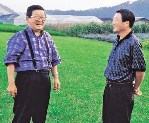 구본무(오른쪽) LG 회장이 1999년 아버지 구자경 명예회장과 담소를 나누고 있다. LG 제공