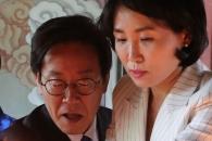 [포토] '촛불 올리는' 이재명 더불어민주당 경기도지…