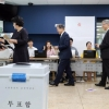 文대통령, 현직 첫 사전투표 참여, 野 지도부 '한표'… 與는 오늘 행사
