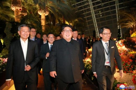 북한 김정은 국무위원장이 북미정상회담을 하루 앞둔 11일(현지시간) 싱가포르 시내를 참관했다고 조선중앙통신이 보도했다.  연합뉴스