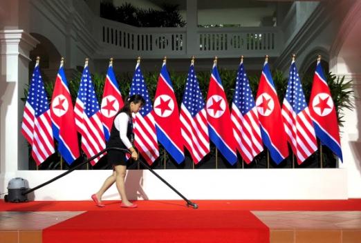 북한 인공기와 미국 성조기가 함께 걸린 역사적인 풍경 12일 한반도 비핵화와 평화를 위한 '세기의 담판'으로 기록될 북미정상회담이 개최되는 싱가포르 센토사섬 카펠라호텔 로비에 북한의 인공기와 미국 성조기가 각 6개씩 번갈아 걸려 있다. 도널드 트럼프 미국 대통령과 김정은 북한 국무위원장은 바로 이 곳에서 만나 악수할 것으로 예상된다. 2018.6.12 로이터 연합뉴스