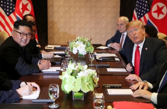 김정은(왼쪽 두 번째) 북한 국무위원장과 도널드 트럼프(오른쪽 두 번째) 미국 대통령이 12일 싱가포르 센토사섬 카펠라호텔에서 단독 정상회담에 이어 확대 정상회담을 하고 있다. 로이터 연합뉴스