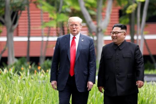 김정은 북한 국무위원장과 도널드 트럼프 미국 대통령이 싱가포르 센토사섬 카펠라호텔에서 오찬을 마친 뒤 산책하고 있다. 2018.6.12 로이터 연합뉴스
