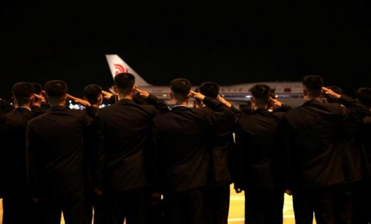 북미정상회담을 마친 김정은 북한 국무위원장이 12일 밤 싱가포르 창이공항에서 중국국제항공(에어차이나) 항공기편으로 귀국길에 올랐다. 로이터 연합뉴스