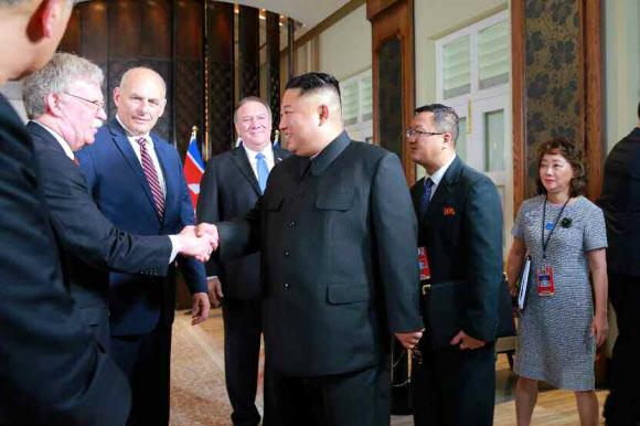 북한 신문, 김정은-볼턴 악수 모습 보도