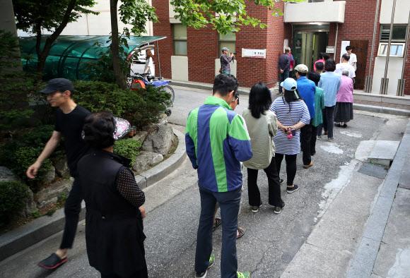 이른 아침 투표 서두르는 유권자들