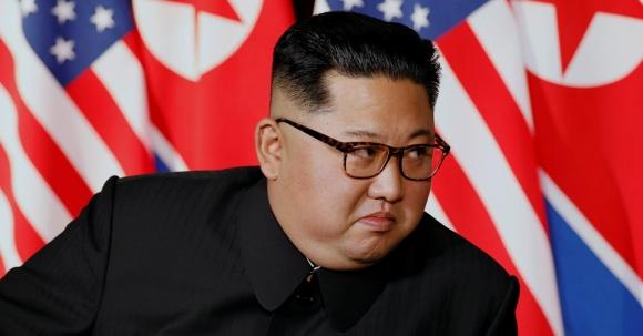 김정은 북한 국무위원장이 12일 싱가포르 센토사섬 카펠라 호텔에서 도널드 트럼프 미국 대통령과의 단독회담을 앞두고 트럼프 대통령의 모두발언을 듣고 있다. 로이터 연합뉴스