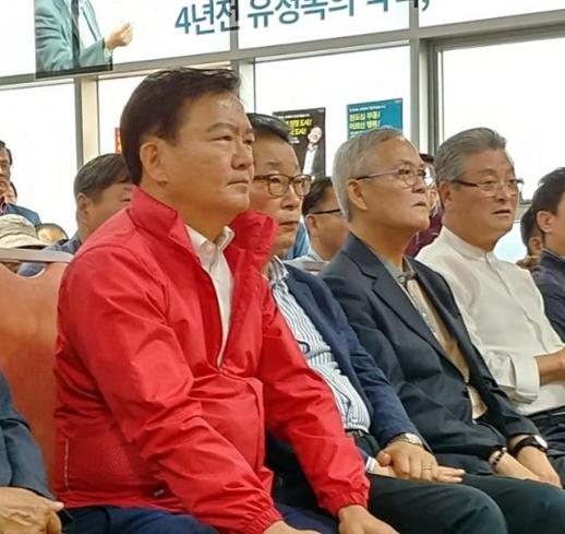 출구조사 결과 확인하는 민경욱 의원