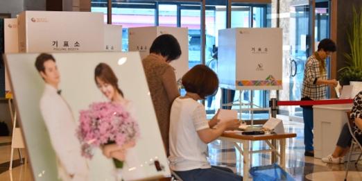 웨딩홀에서 설레는 선택 13일 서울 광진구 한 웨딩홀에 마련된 투표소. 서울 박지환 기자 popocar@seoul.co.kr