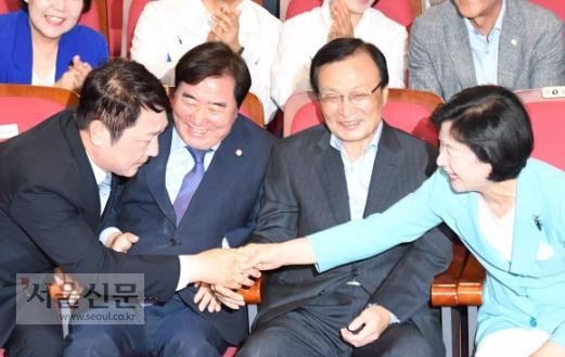더불어민주당 최재성 서울 송파을 국회의원후보가 13일 저녁 국회 의원회관에 마련된 민주당 개표상황실에서 6·13 지방선거 개표방송을 시청하다 승리를 예측되는 출구조사 결과가 발표되자 추미애 대표의 축하를 받고 있다. 2018.6.13 김명국 선임기자 daunso@seoul.co.kr