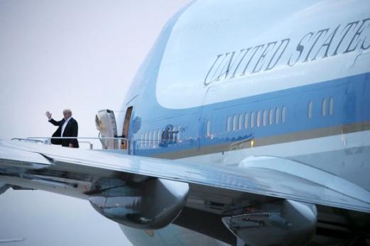 트럼프의 귀환 전날 싱가포르 북미정상회담을 마친 도널드 트럼프 미국 대통령이 13일(현지시간) 미국 메릴랜드주 앤드루스 공군기지에 도착해 자신을 기다리던 기자들에게 손을 흔들고 있다. 2018.6.13 로이터 연합뉴스