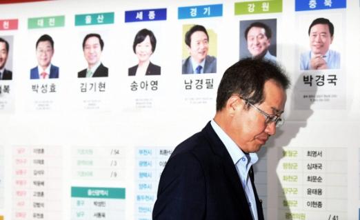자유한국당 홍준표 대표가 제7회 전국동시지방선거 및 국회의원 재보궐선거가 열린 13일 서울 여의도 당사에서 TV를 통해 출구조사 결과를 지켜보다 자리에서 일어나 나가고 있다. 2018. 6. 13. 박윤슬 기자 seul@seoul.co.kr