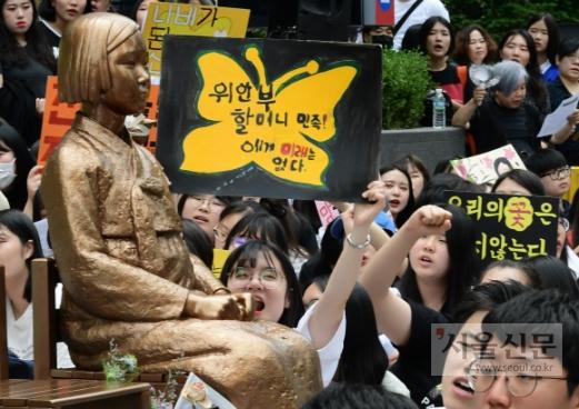 오늘도 우리의 꽃은 지지 않는다  13일 서울 종로구 옛 일본대사관 앞에서 열린 '제1339차 일본군 성노예제 문제 해결을 위한 정기 수요시위'에 참석한 시민들이 평화의 소녀상 주변에서 '우리의 꽃은 지지 않는다' 등의 문구가 적힌 피켓을 들고 일본의 공식 사과를 촉구하고 있다. 이날 시위에는 일본군 위안부 피해자인 이옥선, 길원옥 할머니가 참석했다.  이종원 선임기자 jongwon@seoul.co.kr