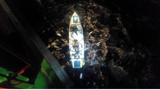 지난 10일(현지시간) 미국 서해안에서 긴급조난 구조요청을 받은 현대상선 방콕호가 조난보트를 발견해 구조 작업을 하고 있다. 현대상선 제공